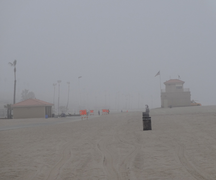 walking-strand-playa-foggy-day