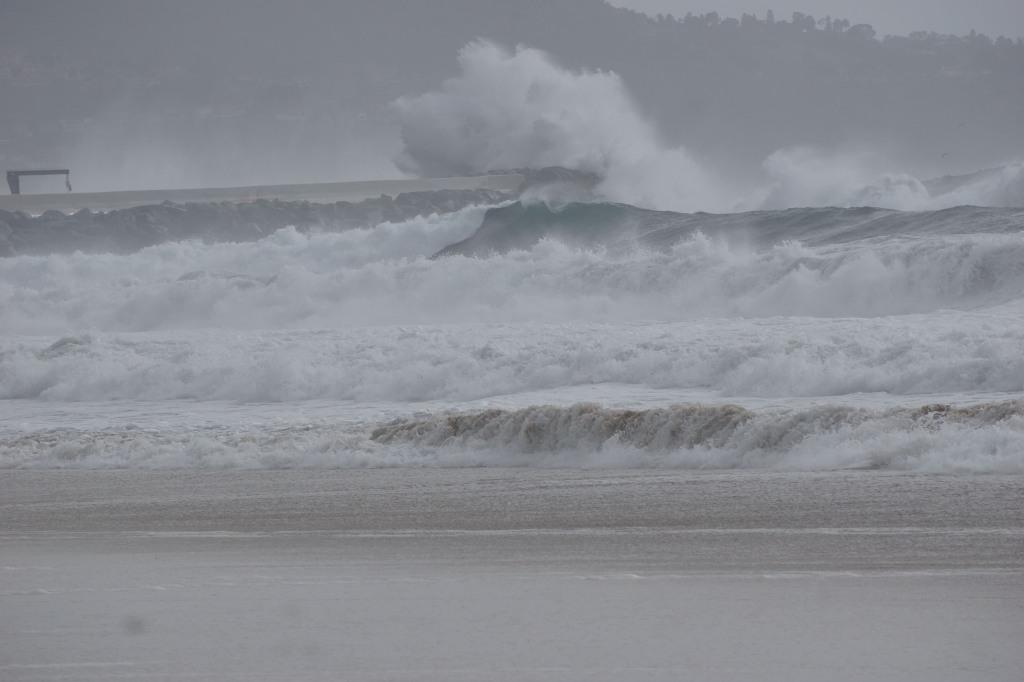 foamy-weather-herondo-break-wall
