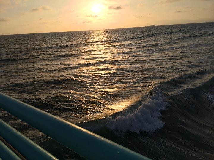 sun-water-pier-sunset-curl-mb