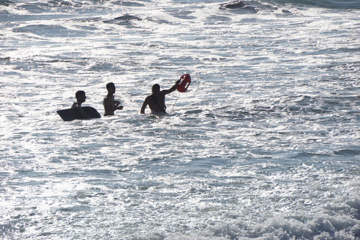 venice-lifeguard-in-water-gesturing