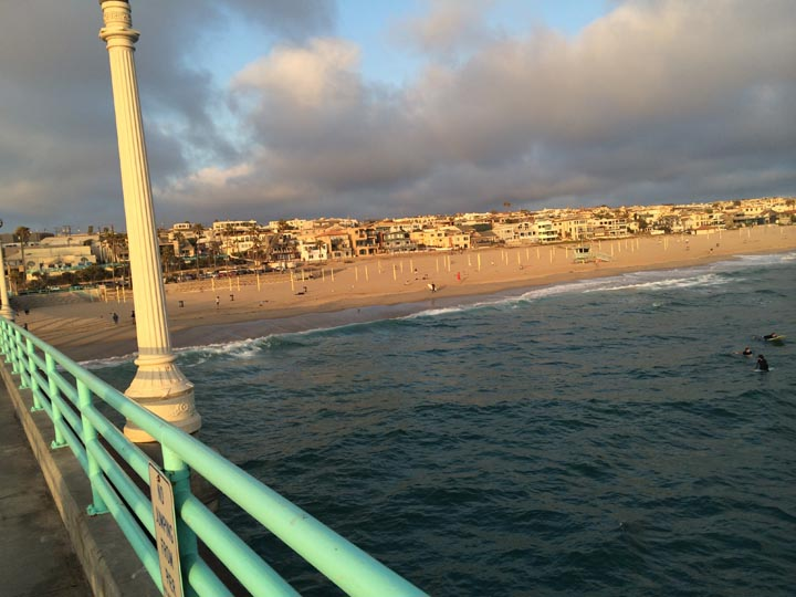 manhattan-beach-pier-surfers-near-sunset