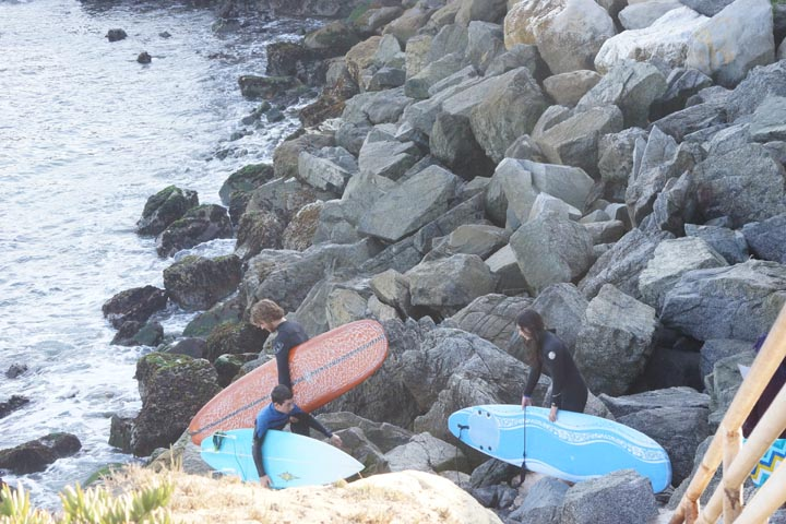 surfers-rocky-descent-steamer-lane-santa-cruz