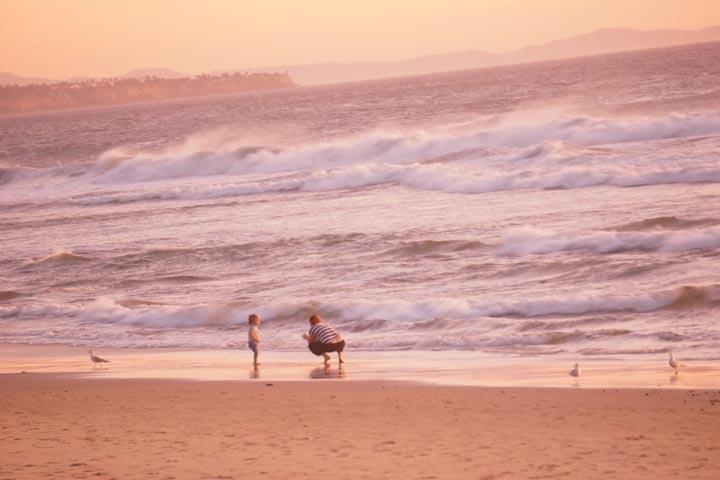 mother-child-after-sunset-el-porto