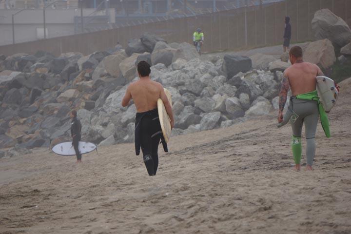 el-porto-surfers-wetsuits-down-heading-toward-surf-jan