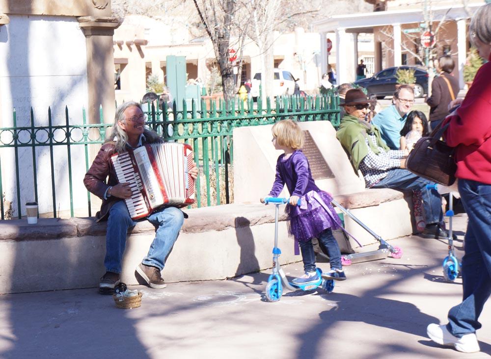 musician-plaza-santa-fe-getting-tribute