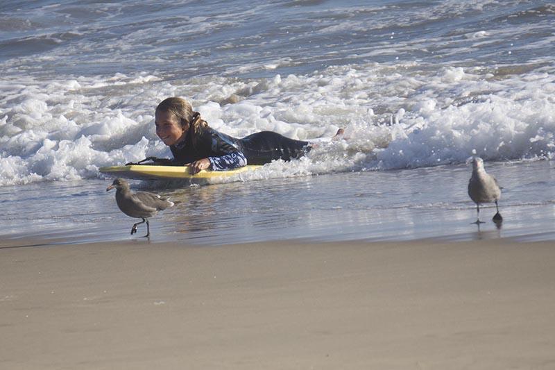 girl-bodyboard-gulls-el-porto