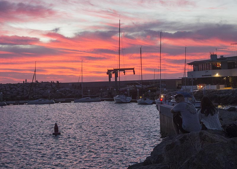 couple-watching-red-sunset-king-harbor